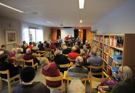 Bygdens folk strömmade till biblioteket för att uppleva boksläppet.