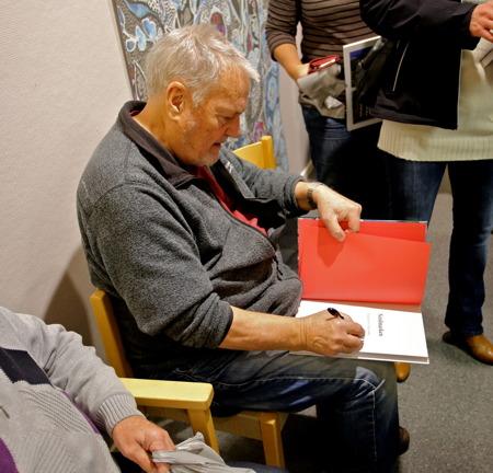 """Bengt """"Kroken"""" Nilsson signerade böcker."""