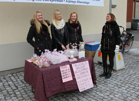 Glada tjejer från Tingshusets bakgrupp sålde hembakat bröd till förmån för Cancerfonden.
