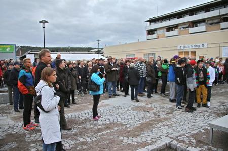 Många samlades på torget när det var dags för invigning.