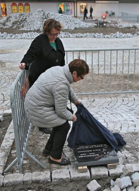 Clara Johansson stenen avtäcktes.