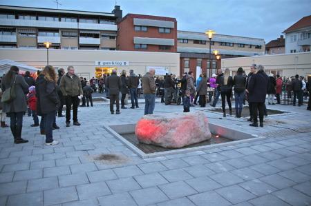 Lamporna på torget tändes för första gången. Stenen i förgrunden kommer från Håltebyn.
