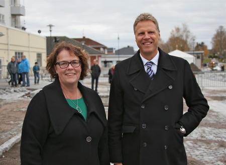 Kommunalrådet Katarina Johannesson och Samhällsbyggnadschefen Peter Månsson var glada över att den långdragna processen med utformning av Årjängs nya centrum är i hamn.
