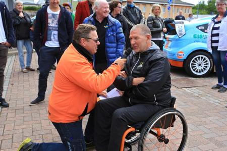 Simmaren m m Anders Olsson från Hagfors var en av flera kända personer som åkte med i rallybilarna uppför marknadsbacken.