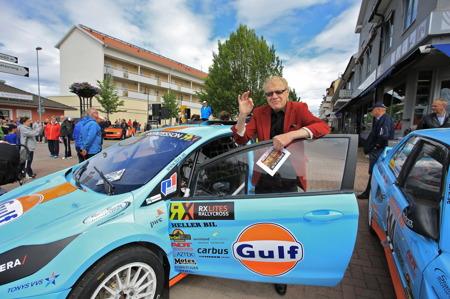 Erland Hagegård passade på att kolla in en av Thomas Bryntessons tävlingsbilar.