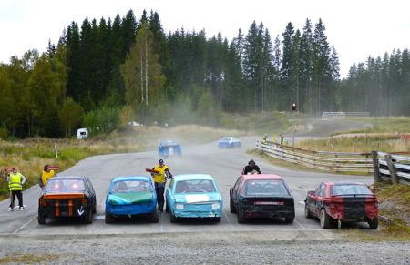 11 september 2010 - Ett tävlingsheat pågår och bilarna i nästa heat är klara för start.