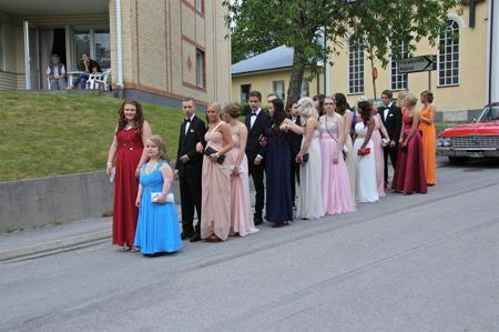 Festklädda studenter väntar på att ansluta till kortegen från kyrkan. Sen blev det studentfest på hotellet.