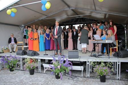 Studenterna och Holmedal-Karlanda församlingskörer på scenen.