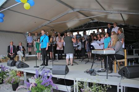 Holmedal-Karlanda församlingskörer med solister under ledning av Kerstin Wallmyr. Vid pianot Carina Sonesson-Olsson.