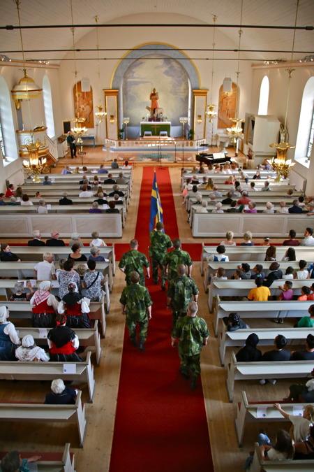 Fanvakten från Hemvärnet anländer till kyrkan.