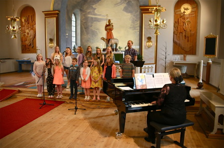 Barnkören sjöng tillsammans med Tony Nilsson och Carina Sonesson-Olsson spelade.