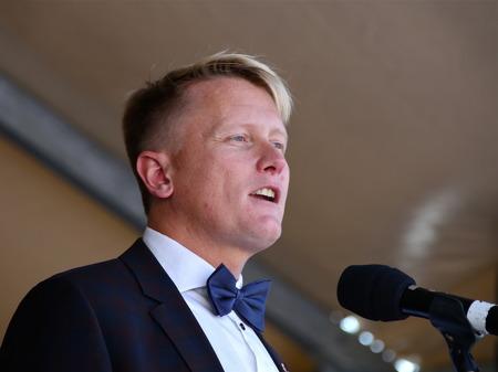 Kommunstyrelsens ordförande Daniel Schützer talade.