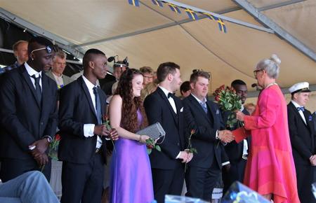 Rektor Ane Skoland delade ut rosor till studenterna.