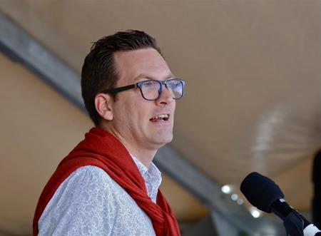 Jonas Gunnarsson, socialdemokratisk riksdags-ledamot från Värmland, höll högtidstalet.