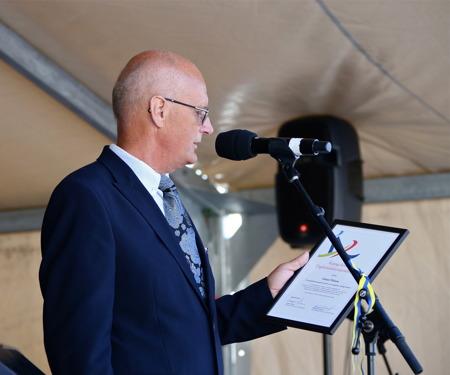 Lennart Nilsson, orförande i Kultur- och fritidsnämnden, presenterade årets mottagare av Årjängs kommuns Ungdomsledarstipendium.
