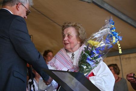 Gunvor gratulerades av Owe Lindström.