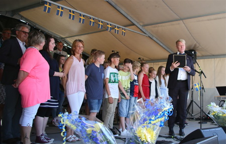 """Årets Clarapris med temat """"Min favoritbok"""" tilldelades Svensbyns skola i Sillerud"""", med en särskild utmärkelse till Clara Nilsson."""