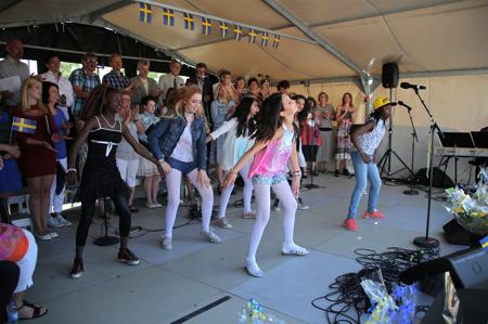 Så bjöds vi på ungdomlig dans på scenen.
