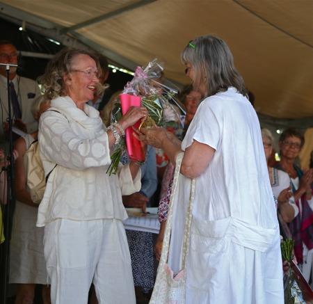 Agneta Mattsson, butiken Stuket, fick hedersutnämnande för att hon har utvecklat handeln i Åjäng.