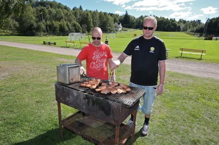 Det serverades mängder med grillad falukorv i lompe.