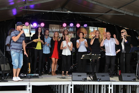 Firandet avslutades med alla artisterna på scen - musikalisk underhållning av hög klass.
