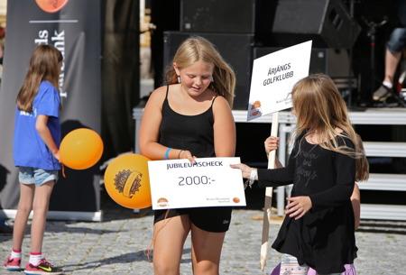 Varje deltagande förening och klubb fick en check av banken på 2000 kr - här är det Årjängs golfklubb som tar emot checken.
