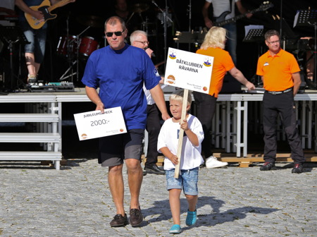 Varje deltagande förening och klubb fick en check av banken på 2000 kr - här är det Båtklubben Rävarna som tar emot checken.