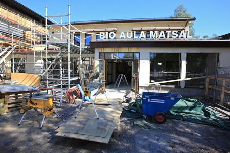 16 juni 2015 - Den väderskyddade passagen mellan nya skolan och matsalen färdigställs.