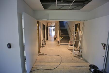 16 juni 2015 - Passagen inomhus mellan nya skolan och matsalen färdigställs.