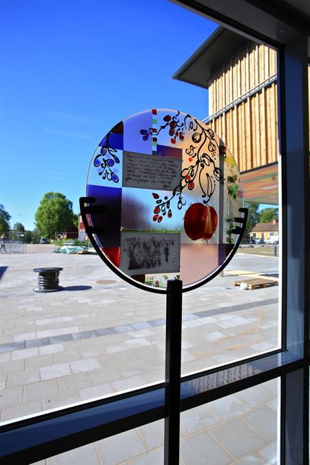 16 juni 2015 - I biblioteket finns glaskonst av Lena Hautoniemi.