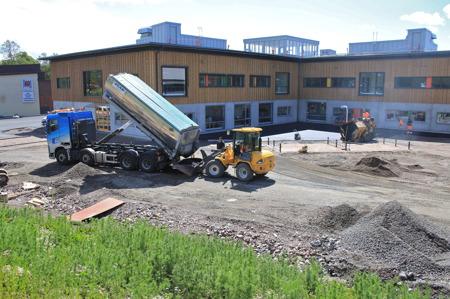 24 juni 2015 - Arbetet att färdigställa den yttre miljön pågår.