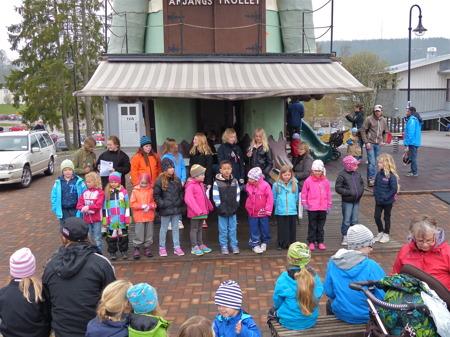 Barn- och ungdomskören från Silbodals Församling bjöd på skönsång.