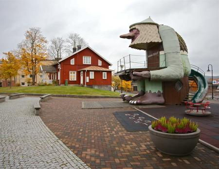 Utanför hotellet sitter Årjängstrollet på sin stubbe.