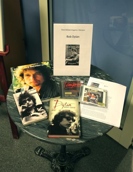 Inne i biblioteket fanns ett bord med böcker om Bob Dylan, 2016-års mottagare av Nobelpriset i litteratur.