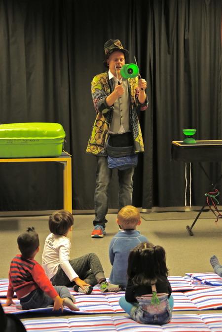 """I biblioteket kunde barnen se föreställningen """"Små saker"""" med Zack Segelström."""