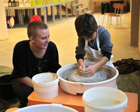 Kyrkeruds Folkhögskola hade prova på verksamhet, där man bl a kunde få testa drejning.