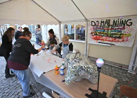 Under ett tält ute på torget kunde ungdomarna släppa loss sin kreativitet till discomusik.