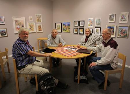 """Tankesmedjan i Årjäng fanns i Galleri Passagen för att signera och sälja boken om Årjängstravet. Medlemmar i tankesmedjan är Bo Danielsson, Bengt """"Kroken"""" Nilsson, Stig Blom, Staffan Svanqvist och Sven Setterlind."""