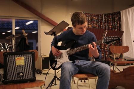 I Musikskolan finns elever med stor musikalisk talang, här en kille som är mycket duktig på gitarr.