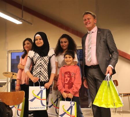 Kommunalrådet Daniel Schützer delade ut gåvopåsar till alla nya medborgare.