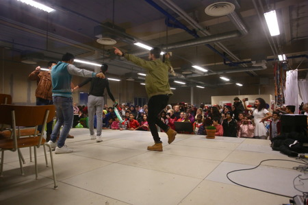 I lokalen bredvid biblioteket var det hög stämning, med musik, dans och modevisning.