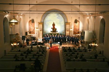 """I Silbodals kyrka bjöd Göran Samuelsson och Karlstad kammarkör på konserten """"Salt och Lavendel"""", med Göran Samuelssons visor."""