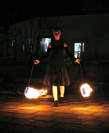 Illumina, - en magisk eldshow med Momo Jord och Lut Karlsdotter.