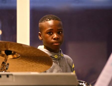 I Musikskolan finns elever med stor musikalisk talang, här en kille som är mycket duktig på trummor.