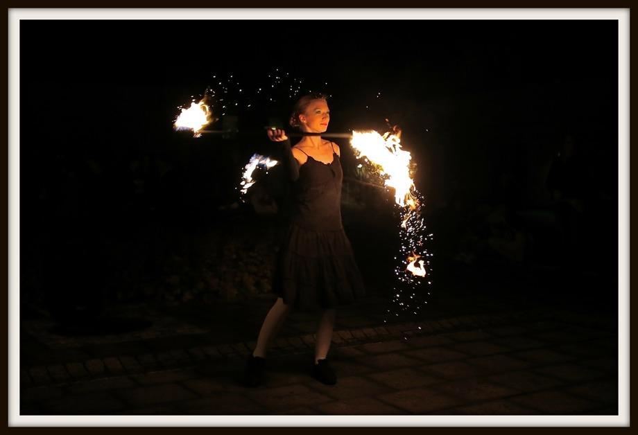 Illumina - en magisk eldshow på Claras torg, med Momo Jord och Lut Karlsdotter.