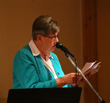 Britta Nilsson läste upp gratulationstelegram från när och fjärran.