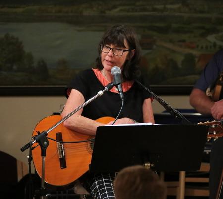 Mellan låtarna berättade Gunnel historier, som lockade fram många skratt.