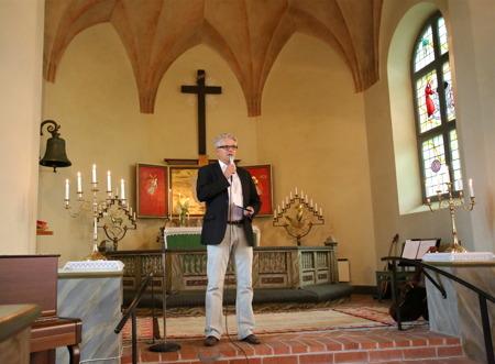 Owe Lindström från kommunen hälsade alla välkomna till en musikupplevelse i Blomskog kyrka.