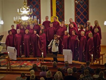 Kören Holy Inspiration med Maria Larsson på fiol.