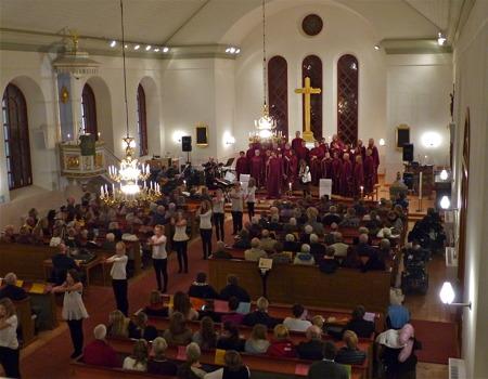 Västra Fågelviks kyrka med kören Holy Inspiration, musiker och dansare.